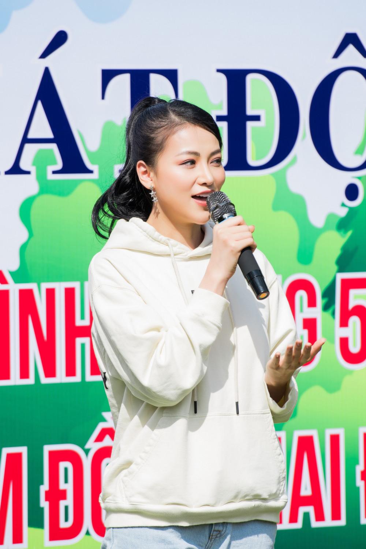 Khác sa với hình ảnh kiêu sa trên sân khấu, nàng hậu khá thân thiện và tích cực trồng cây cùng bà con địa phương giữa thời tiết oi bức của Tây Nguyên.