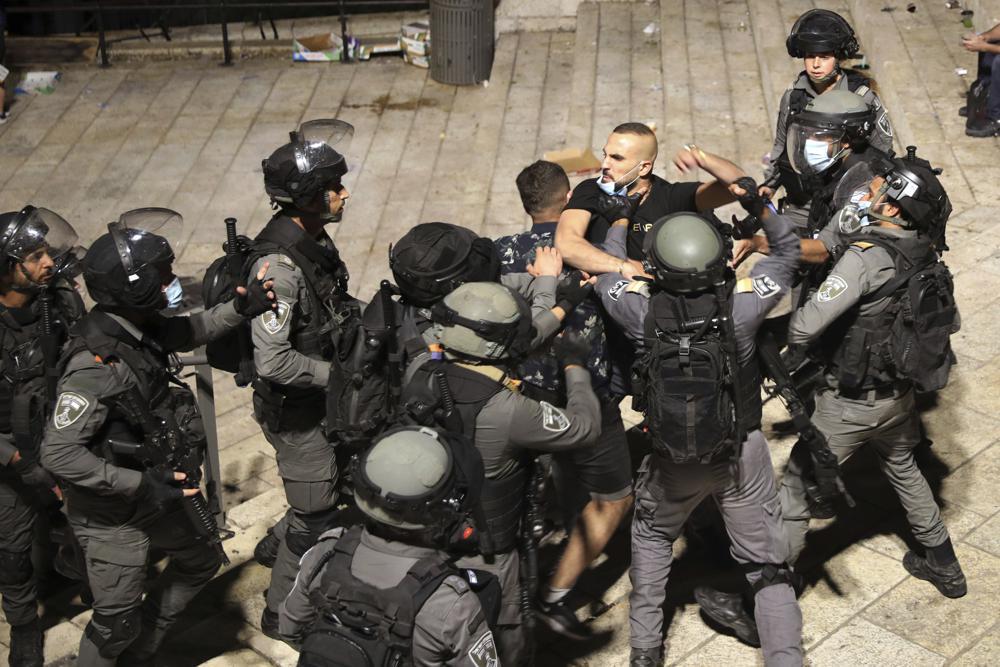 Cảnh sát Israel bắt giữ một người Palestine bên ngoài Cổng Damascus tới Thành cổ Jerusalem