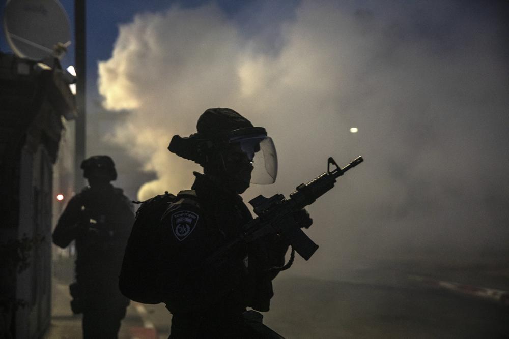 Lực lượng Israel triển khai lục lượng trong cuộc đụng độ với người Ả Rập tại Israel ở thành phố hỗn hợp Lod, Israel
