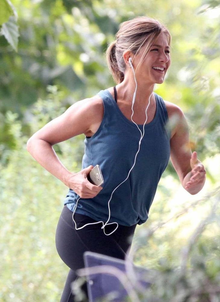Rèn luyện thể lực mỗi ngày: Thói quen chạy bộ vào buổi sáng giúp cơ thể vận động nhiều, từ đó lượng máu và oxy cung cấp cho các bộ phận trên cơ thể nhiều hơn. Đây cũng giống như một cách luyện tập giúp cho cơ tim khỏe hơn, phòng tránh được nhiều bệnh liên quan tới tim mạch của Jennifer Aniston.