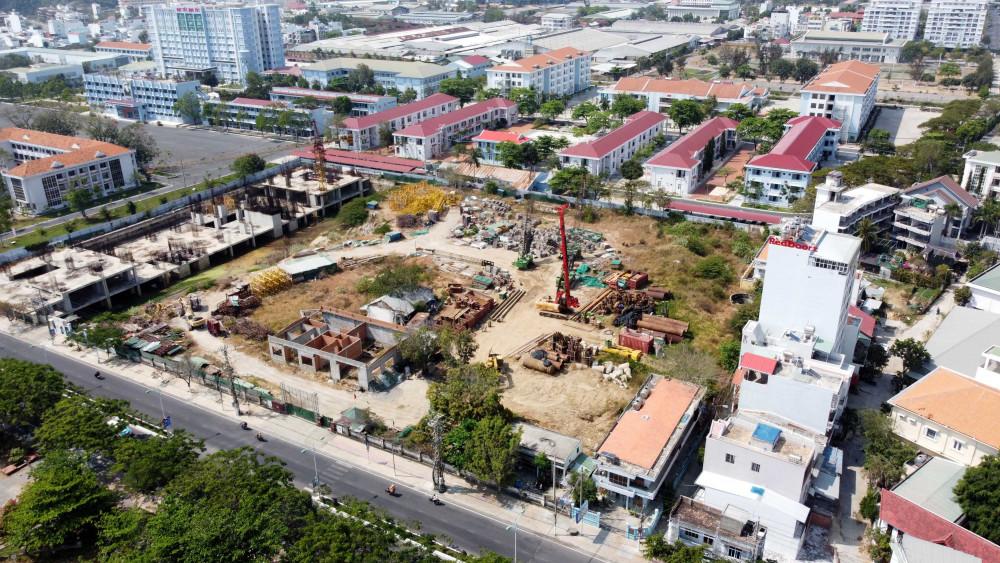 Khu đất hiện nay đang xây dựng dang dở một số công trình. Ảnh: Đ.N