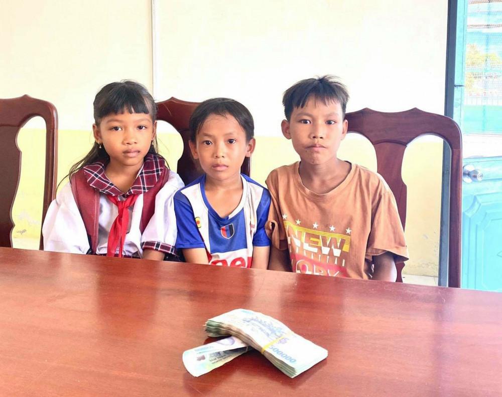 3 em học sinh tiểu học ở huyện Giồng Riềng, Kiên Giang đã trả lại 42 triệu đồng nhặt được của người đánh rơi.