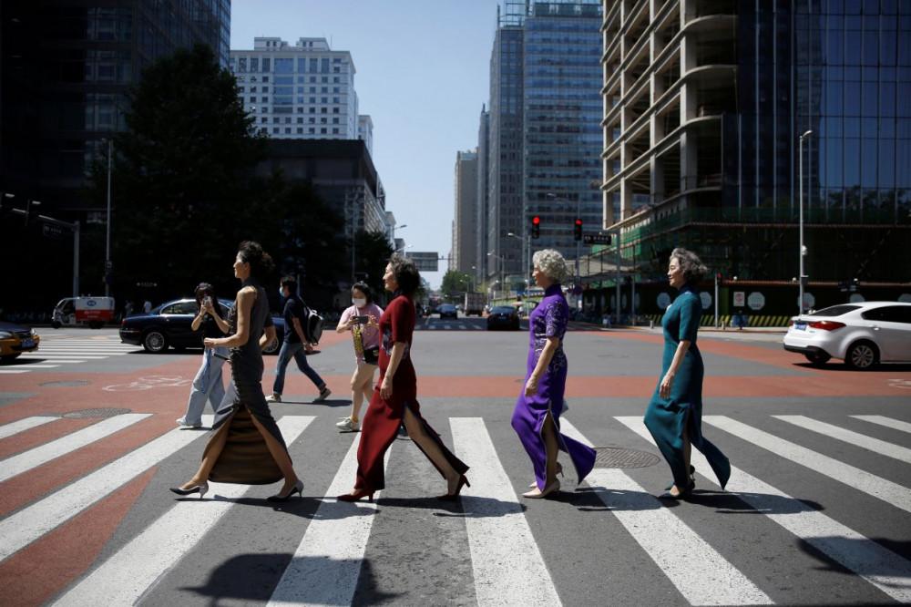 Nhóm Fashion Grandmas sải bước trên đường phố Bắc Kinh