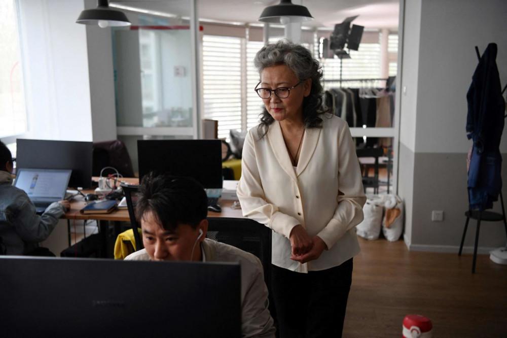 Bà Ruan và trợ lý Xie Xincun (trái) chỉnh sửa một đoạn clip cho kênh của mình