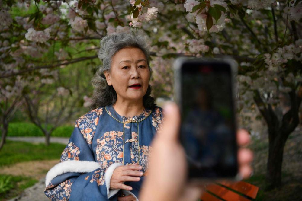 Bà Ruan đang quay một đoạn video ngắn cho kênh của mình trên ứng dụng chia sẻ video Kuaishou và Douyin - phiên bản TikTok của Trung Quốc - trong một công viên ở Bắc Kinh