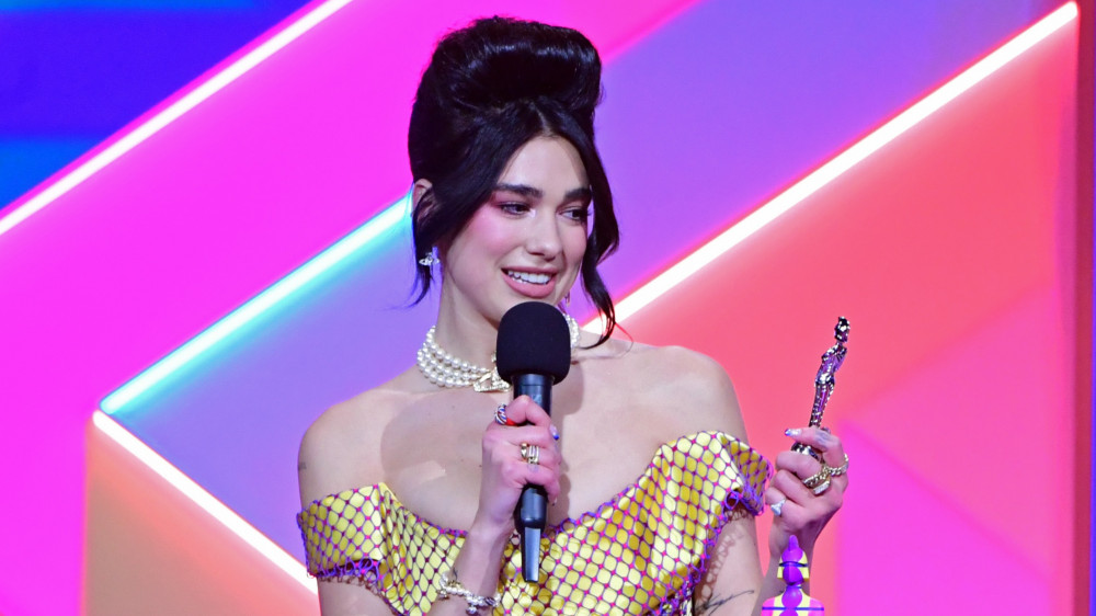 Nữ ca sĩ Dua Lipa nhận được 2 chiếc cúp vàng tại Brit Awards năm nay