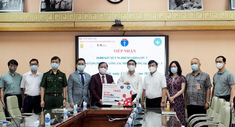 Bộ Y tế tiếp nhận 10.000 bộ kit xét nghiệm COVID-19 hỗ trợ phòng chống dịch.