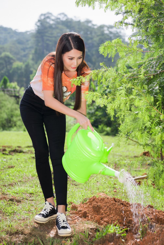 Á hậu Thanh Hoài chọn trang phục năng động, tỉ mẩn tưới cây với mong muốn góp chút công sức nhằm mục tiêu phủ xanh huyện Lạc Dương.
