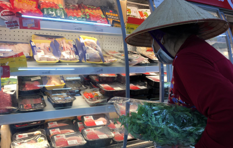 Ngoài các loại thực phẩm thiết yếu, từ đầu năm nay, nhóm hàng khẩu trang, nước sát khuẩn được TPHCM đưa vào chương trình bình ổn thị trường