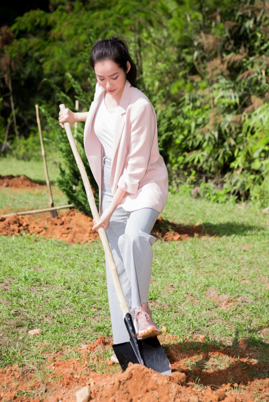 Á hậu Trương Tri Trúc Diễm dốc hết sức mình, tự tay xới đất làm điều thiết thực góp phần ủng hộ các hoạt động vì môi trường.