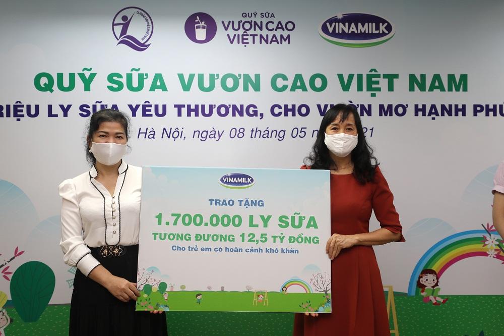 Đại diện Vinamilk trao bảng tượng trưng 1,7 triệu ly sữa của Quỹ sữa Vươn cao Việt Nam cho đại diện Quỹ bảo trợ trẻ em Việt Nam. Ảnh: Vinamilk