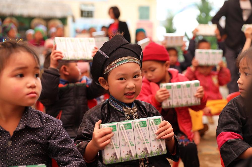 Trong 14 năm qua chương trình Quỹ sữa Vươn cao Việt Nam đã trao tặng sữa cho hơn 479.000 trẻ em có hoàn cảnh khó khăn trên cả nước. Ảnh: Vinamilk