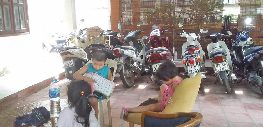 Buổi chiều, Quang Minh cùng các bạn cũng ở nhà một mình chung khu trọ chơi đùa với nhau