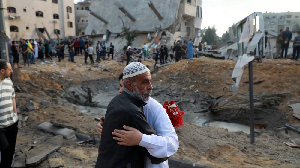 Người Hồi giáo Palestine trao nhau những điều ước cho lễ Eid al-Fitr, đánh dấu sự kết thúc của tháng ăn chay Ramadan, gần một tòa nhà bị san bằng ở thị trấn Beit Lahia, phía bắc Dải Gaza, vào ngày 13/5