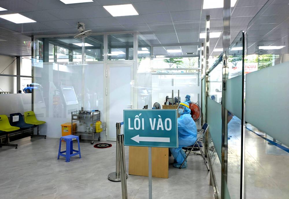 Khu vực sàng lọc COVID-19 của Bệnh viện Nhân dân 115 rộng rãi, tách biệt với khu vực khám, điều trị, có lối đi riêng cho trường hợp có nghi ngờ nhiễm COVID-19 - Ảnh: Hiếu Nguyễn