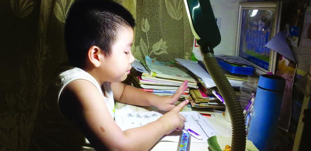 Bé Quang Minh tự giác với việc học khi ở nhà một mình