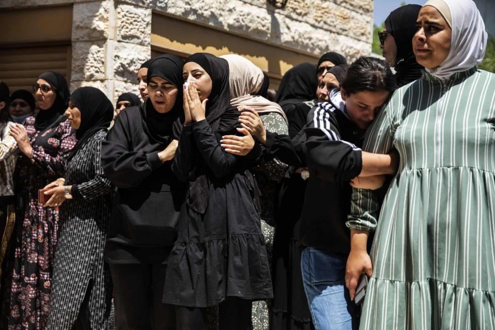 Những người đưa tang đau buồn trong đám tang của Khalil Awaad và con gái Nadine (16 tuổi) ở làng Dahmash, Israel. Một tên lửa bắn ra từ Dải Gaza đã bay trúng ngôi nhà của họ, giết chết cả hai