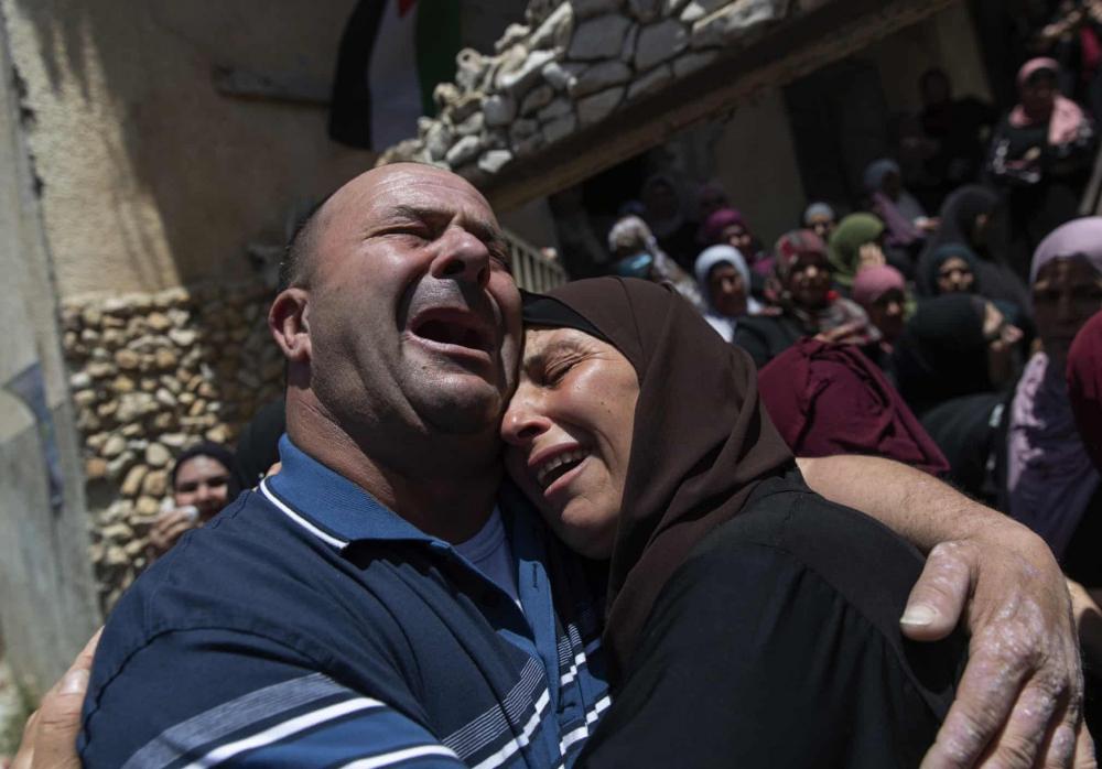 Những người đưa tang khóc trong tang lễ của Mohammad Daraghmeh ở làng Lubban, khu Bờ Tây. Nạn nhân bị giết khi binh lính Israel nổ súng vào chiếc xe của anh.