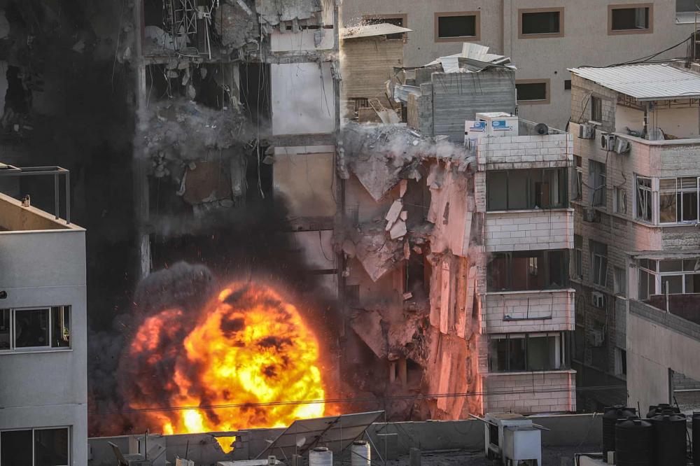 Khói và lửa bốc lên sau cuộc tấn công của Israel vào tháp Al-Shorouq ở thành phố Gaza