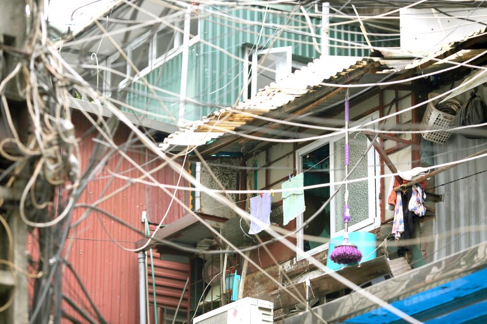 Việc cơi nới, lấn chiếm không gian đã trở nên phổ biến tại các khu chung cư cũ của Hà Nội