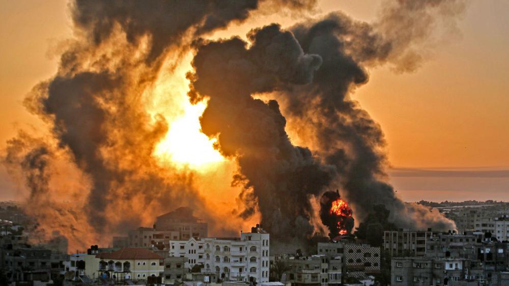 Một ngọn lửa bùng lên lúc mặt trời mọc ở Khan Yunish sau một cuộc không kích của Israel ở miền nam Gaza vào ngày 12/5