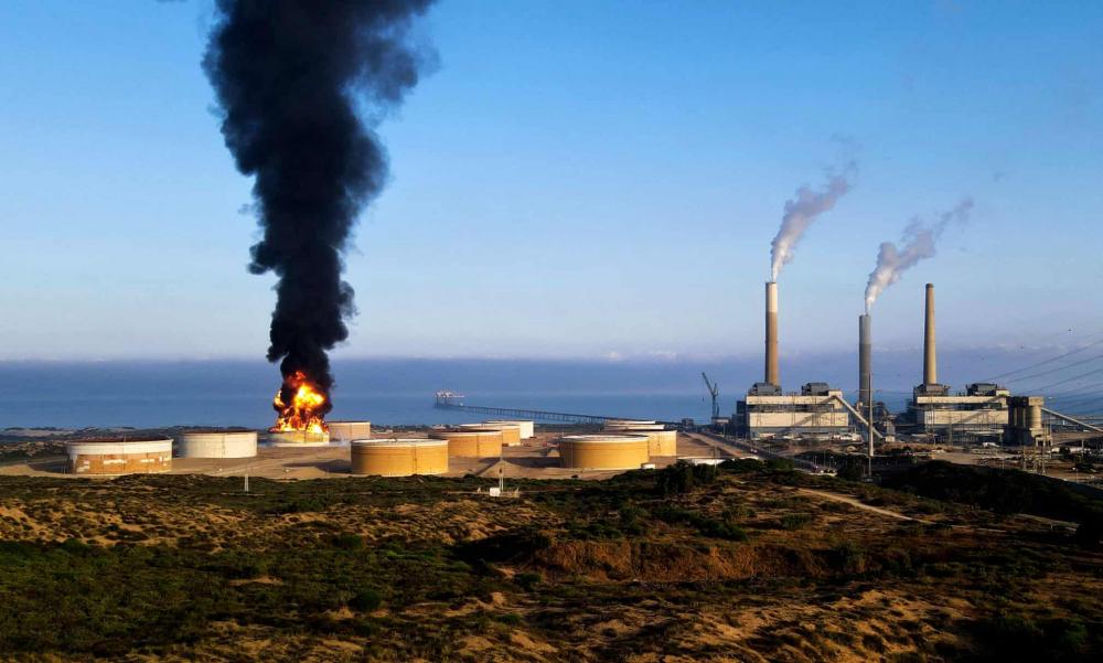 Lửa bốc lên dữ dội tại một nhà máy lọc dầu ở thành phố Ashkelon của Israel do bị trúng tên lửa của Hamas