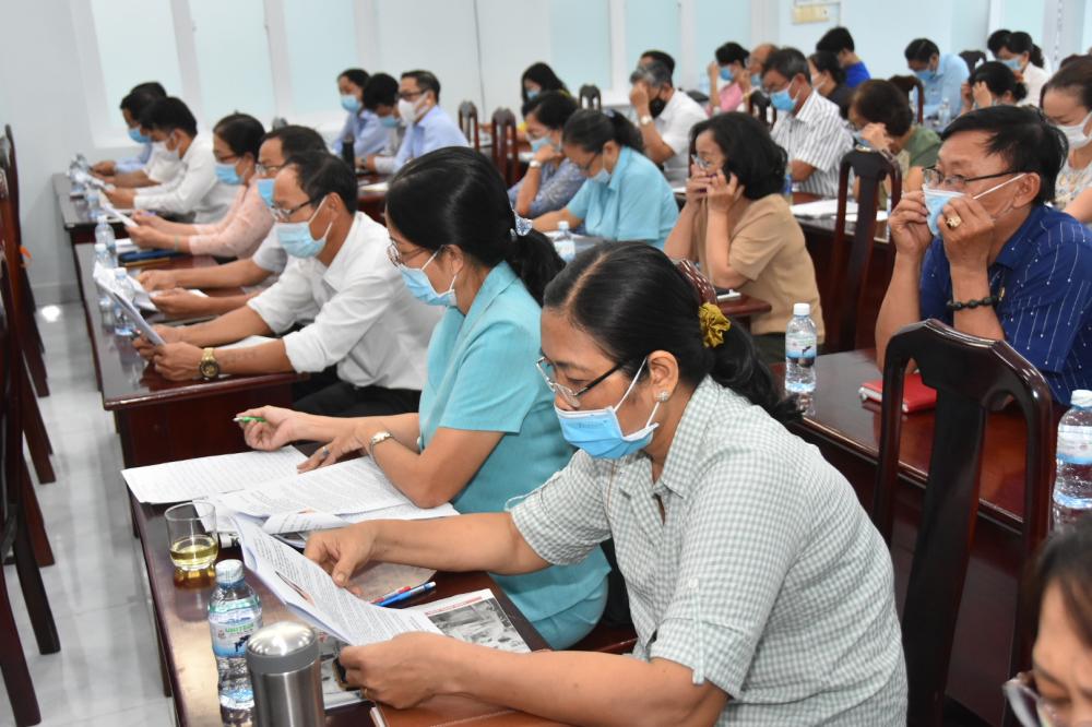 Cử tri phường Thạnh Lộc (quận 12) nghiên cứu chương trình hành động của các ứng cử viên.