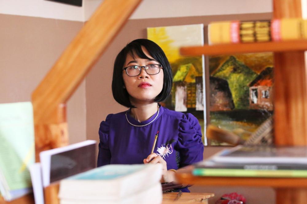 Nhà văn Nguyễn Thị Kim Hòa  và các tác phẩm đã xuất bản - Ảnh: nhân vật cung cấp