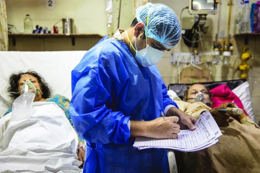 Rohan Aggarwal  (26 tuổi), bác sĩ nội trú điều trị bệnh nhân mắc COVID-19, đắn đo quyết định việc điều trị giữa ca làm việc kéo dài 27 giờ của anh