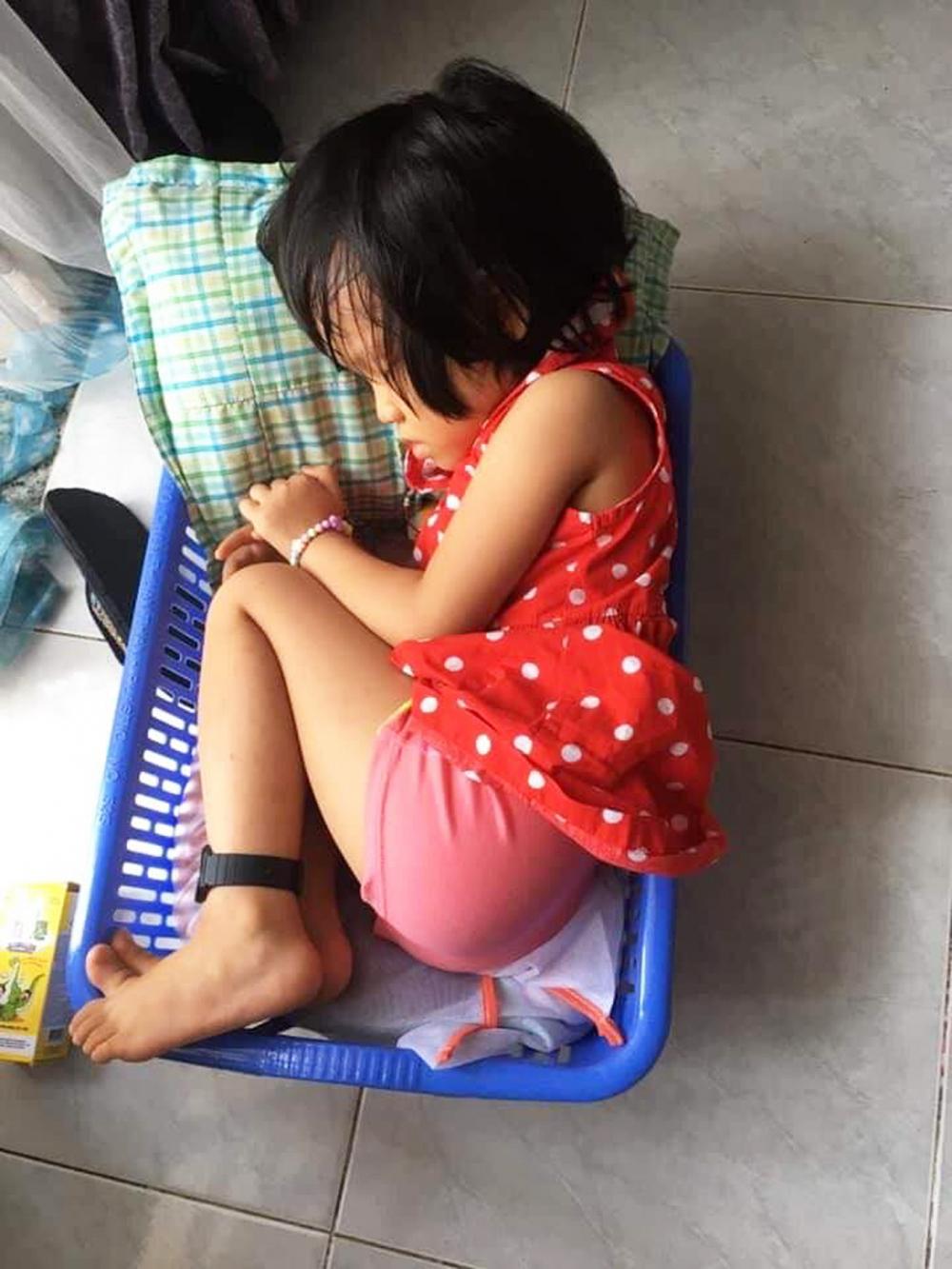 Bé Minh Anh ngủ luôn trong chiếc giỏ đựng đồ dơ khi bụng đói meo