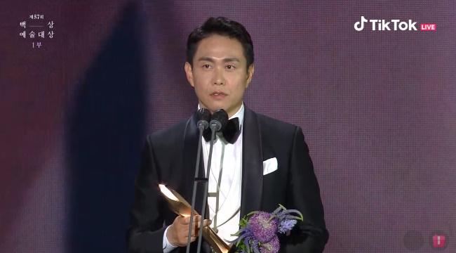 Oh Jung Se cảm ơn ekip đoàn phim Điên thì có sao và khán giả đã ủng hộ anh trong suốt t.hời gian qua khi nhận giải Nam diễn viên phụ xuất sắc nhất