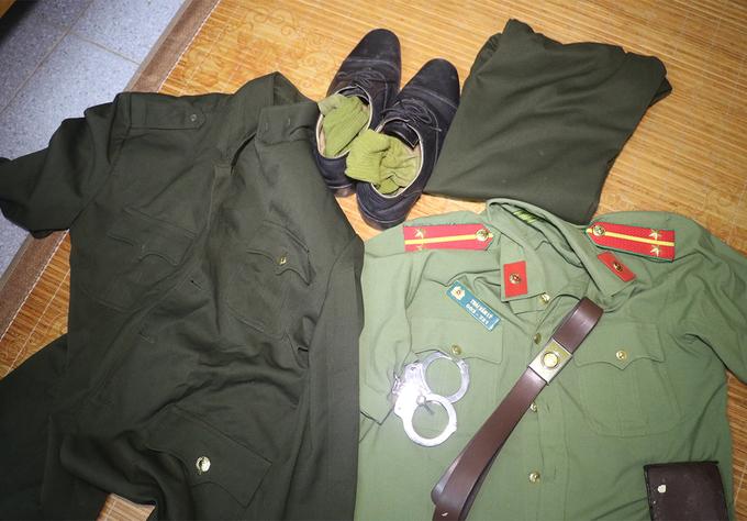 Quân phục, thắt lưng, biển hiệu công an, còng số 8 được Lý đặt mua trên mạng