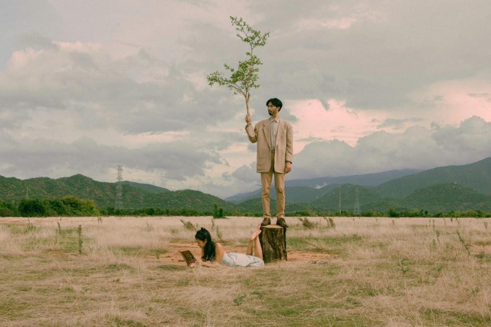 MV Trốn tìm được thực hiện bởi đạo diễn chính là Thành Đồng - người cộng sự thân thiết đã gắn bó cùng Đen Vâu trong nhiều dự án nghệ thuật.