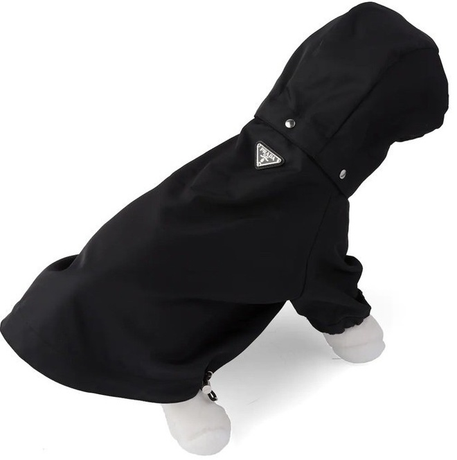 Thiết kế ôm vừa vặn cơ thể của chúng. Trên trang web chính thức của Prada, mẫu áo này được bán với giá 520 USD (khoảng 12 triệu đồng). Logo của thương hiệu được may nổi bật ở phần trên của áo.