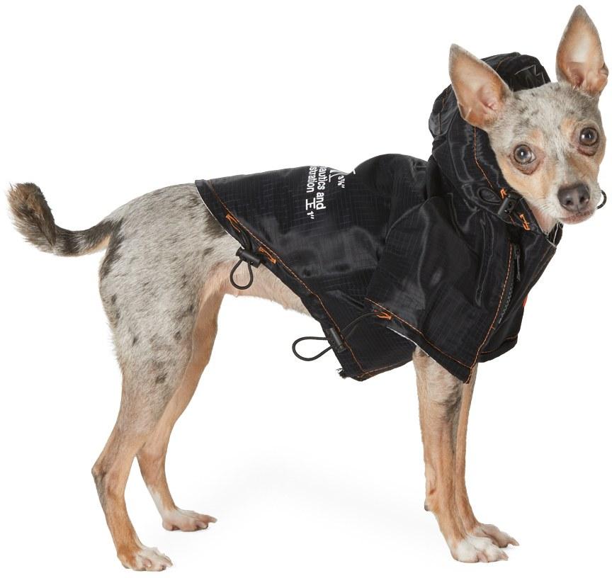 Áo khoác cho cún của Heron Preston được bán với giá 445 USD (hơn 10 triệu đồng). Áo có những đoạn dây rút để vừa vặn với cơ thể của thú cưng.
