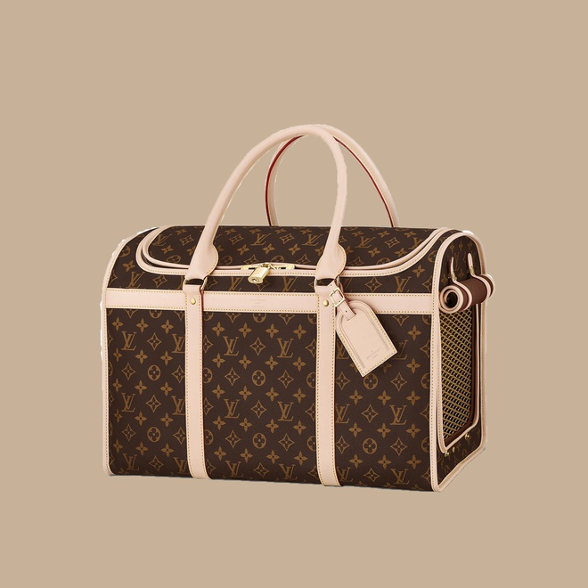 Louis Vuitton bán túi vận chuyển chó mèo trị giá 3.950 USD (khoảng 90 triệu đồng). Chiếc túi mang hoạ tiết đặc trưng của hãng, được đánh giá thời trang nhờ kiểu dáng thanh lịch, cách phối màu sang trọng.
