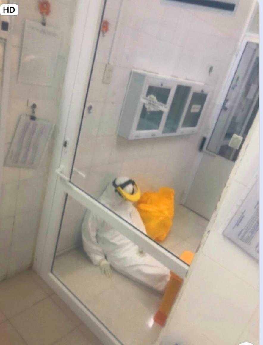 Hình ảnh chị Hà ở CDC Huế kiệt sức, ảnh cắt từ Clip