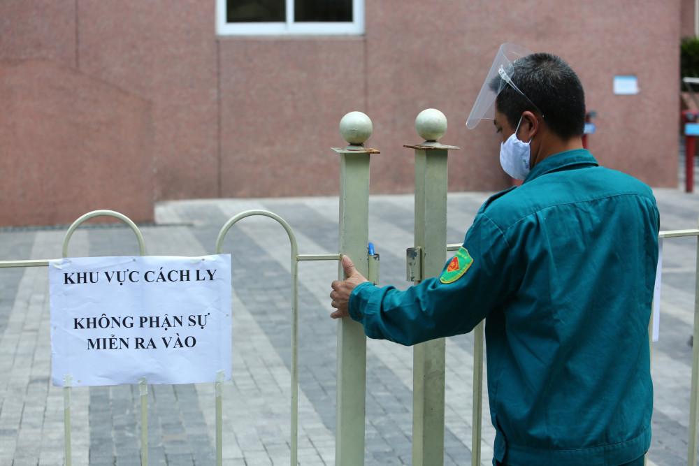 Sáng nay (13/5), Chung cư BooYoung Vina (Mộ Lao, Hà Đông) và Chung cư Hồ Gươm Plaza (Hà Đông) đã bị phong toả để tiến hành phục vụ công tác phòng chống dịch COVID-19.
