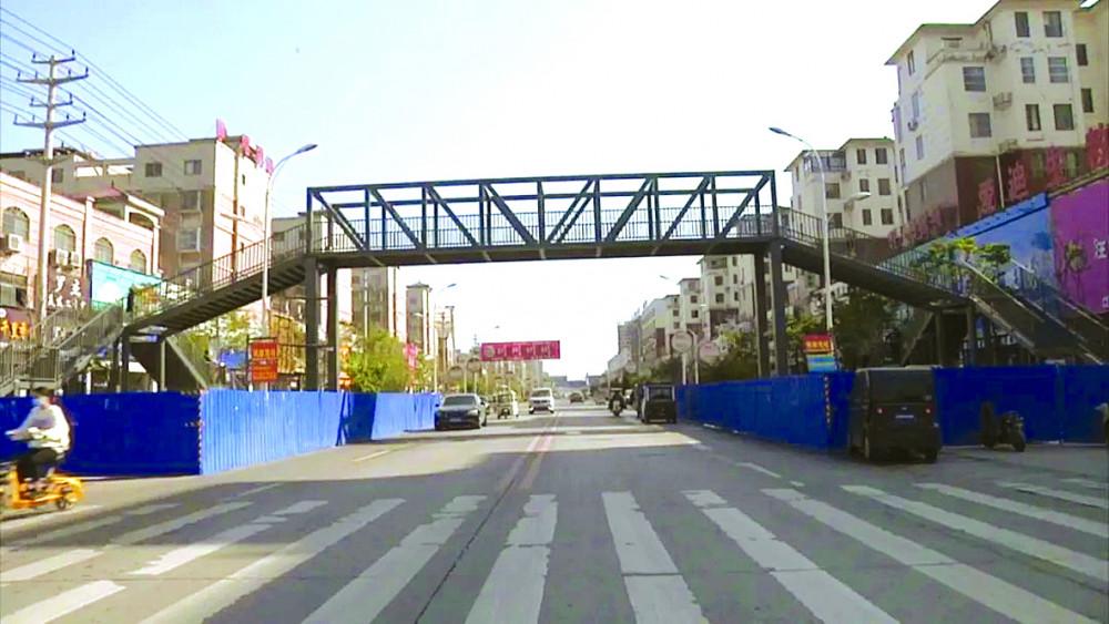Cây cầu vượt cô Meng bỏ tiền xây dựng để đảm bảo an toàn cho con trai cô và những đứa trẻ khác - Ảnh:  SCMP
