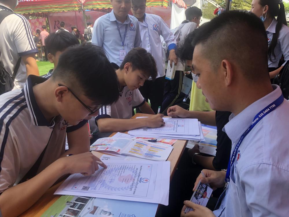 Học sinh lớp 9 Trường THCS Lê Tấn Bê đang tìm hiểu hướng đi sau THCS