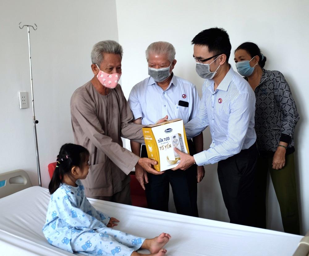 Vinamilk cùng Hội Bảo trợ bệnh nhân nghèo TPHCM đến thăm và tặng quà cho bé Bảo Trân tại Bệnh viện tim Tâm Đức. Ảnh: Dũng Thanh