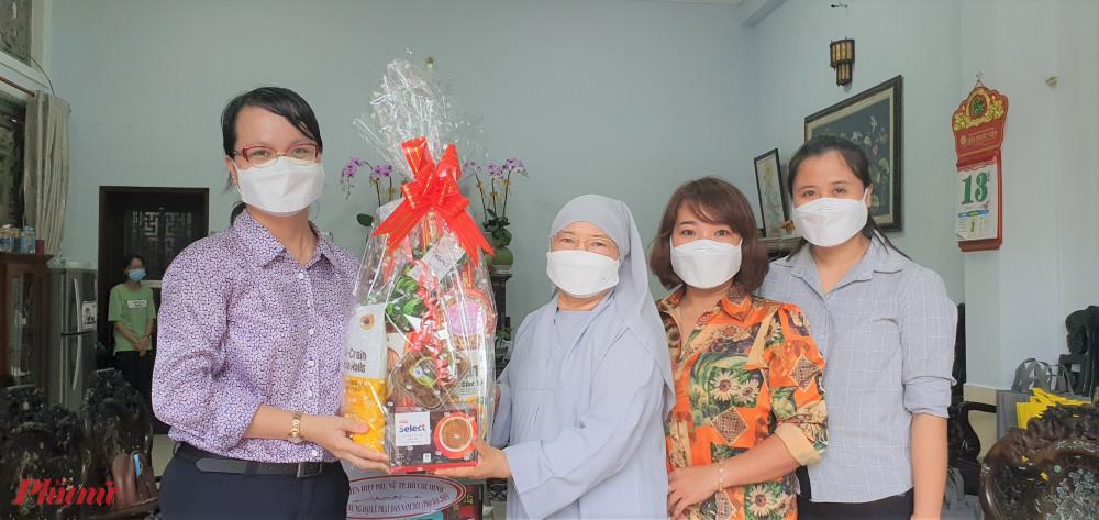 Dịp này, Hội LHPN huyện Nhà Bè cũng đến thăm, chúc mừng các chư tăng ni Ban Trị sự Giáo hội Phật giáo huyện và chùa Pháp Võ.