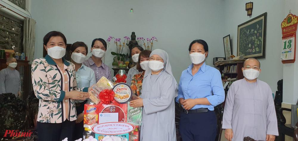 Đoàn đến thăm, chúc mứng Lễ Phật Đản đến chùa Pháp Võ cổ tự và Ni trưởng Thích nữ Như Thảo