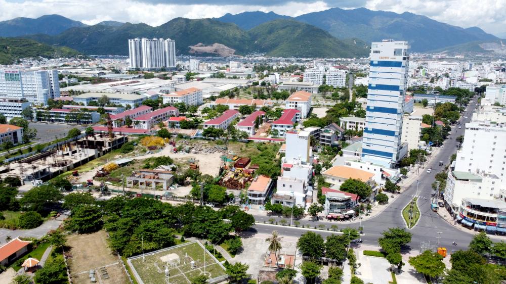 Khu đất vừa nằm cạnh bãi biển, cách giao lộ Trần Phú - Dã Tượng chỉ vài chục mét