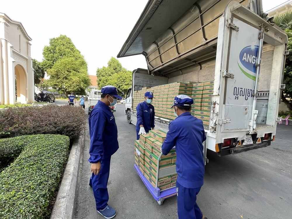 Công tác giao nhận sữa cho chính quyền Phnôm Pênh được nhà máy Angkormilk thực hiện cẩn trọng tuyệt đối theo quy định phòng dịch COVID-19. Ảnh: Vinamilk