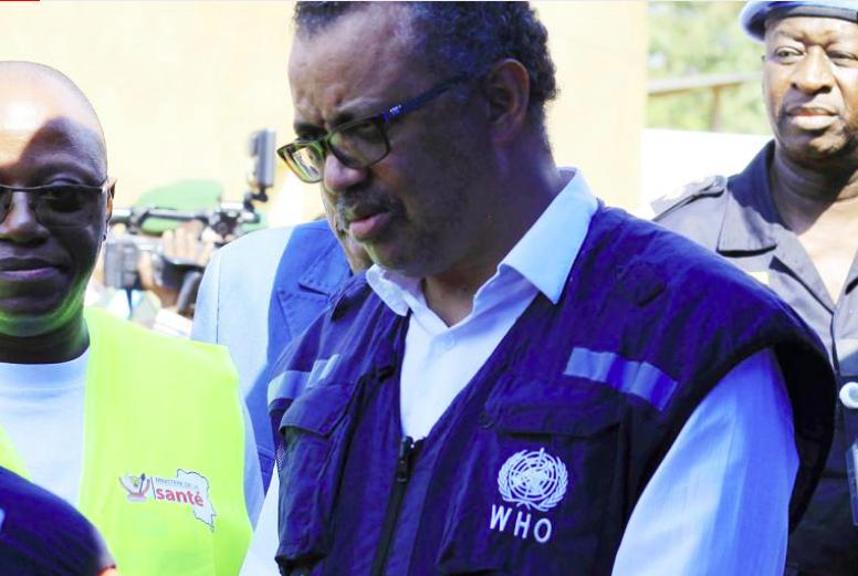 Trong ảnh hồ sơ này đề ngày Thứ Sáu, ngày 10 tháng 8 năm 2018, Tiến sĩ Tedros Adhanom Ghebreyesus, Tổng Giám đốc WHO, nói chuyện với một quan chức y tế tại một trung tâm ứng phó Ebola mới thành lập ở Beni, Cộng hòa Dân chủ Congo. Các nhà ngoại giao và nhà tài trợ của Anh, châu Âu và Mỹ đã lên tiếng bày tỏ quan ngại nghiêm trọng về cách Tổ chức Y tế Thế giới xử lý các cáo buộc lạm dụng tình dục liên quan đến nhân viên của chính họ trong đợt bùng phát dịch Ebola ở Congo. (Ảnh AP / Al-hadji Kudra Maliro, FILE)