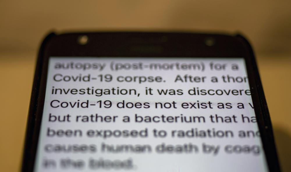 Một tin nhắn cho rằng đại dịch COVID-19 không tồn tại và đây chỉ là một vi khuẩn bình thường được lưu hành trên ứng dụng WhatsApp của một chiếc điện thoại ở Dharmsala