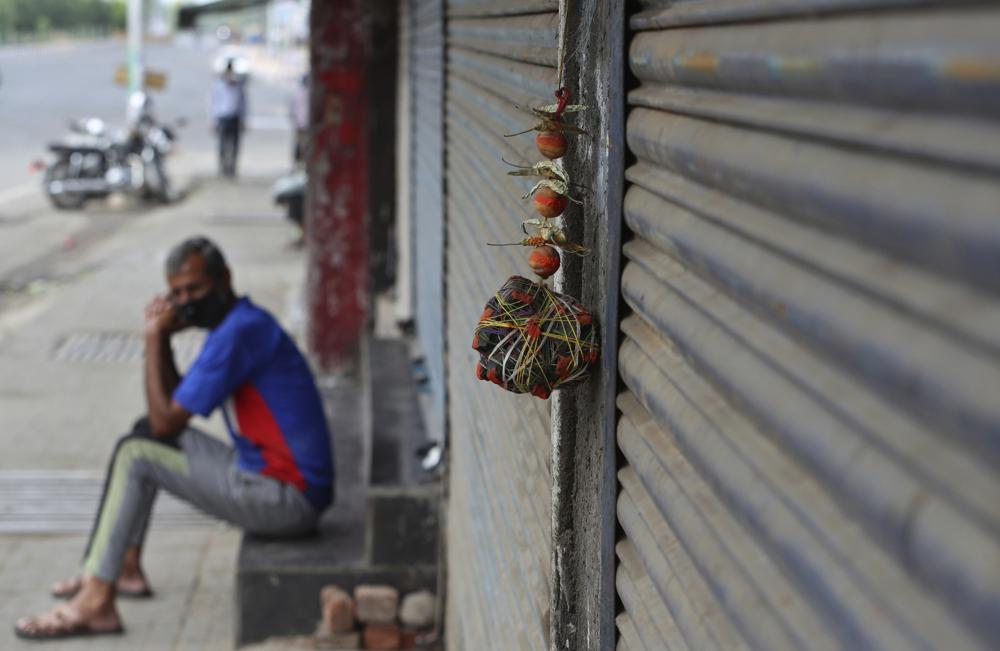 Chanh và ớt, được cho là có tác dụng xua đuổi ma quỷ được treo bên ngoài một cửa hàng ở Jammu, Ấn Độ.