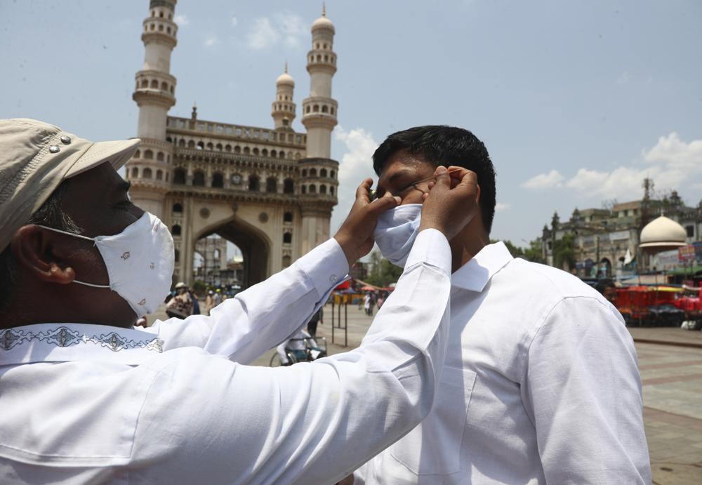 Một người Hồi giáo Ấn Độ đeo khẩu trang để đề phòng virus được bôi thuốc mỡ đen Surma vào mắt trước khi cầu nguyện vào thứ Sáu tuần trước trong tháng Ramadan tại Nhà thờ Hồi giáo Mecca ở Hyderabad, Ấn Độ.