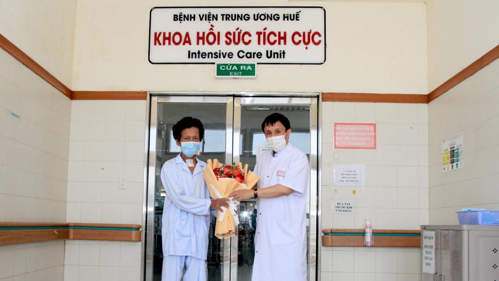 GS.TS Phạm Như Hiệp - Giám đốc Bệnh viện T.Ư Huế tặng hoa chúc mừng bênh nhân Trương H.